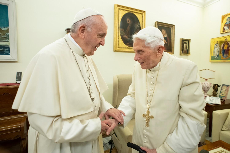 Đức Giáo hoàng Phanxicô gửi thư chia buồn với Đức giáo hoàng Danh dự Bênêđictô XVI